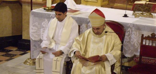 Mons. Enrique Benavent, quartondí il·lustre, administra la confirmació als joves del seu poble